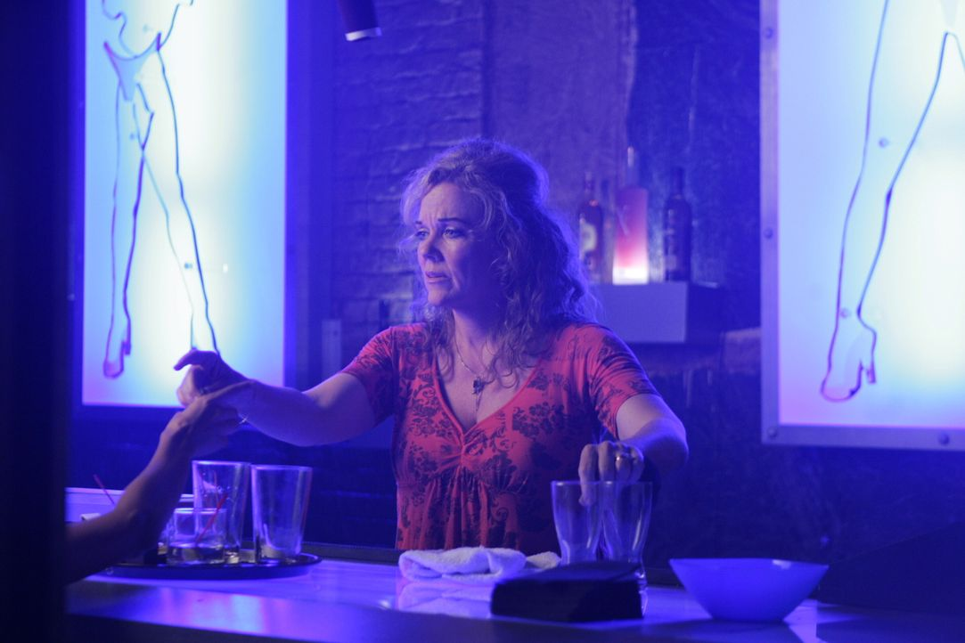 Melissa (Blaire Baron) arbeitet an der Bar in einem Nachtclub. - Bildquelle: Warner Bros. Entertainment Inc.