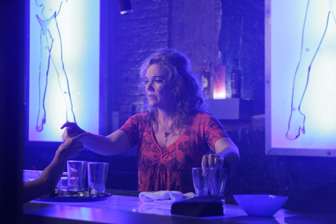 Melissa (Blaire Baron) arbeitet an der Bar in einem Nachtclub. - Bildquelle: Warner Bros. Entertainment Inc.