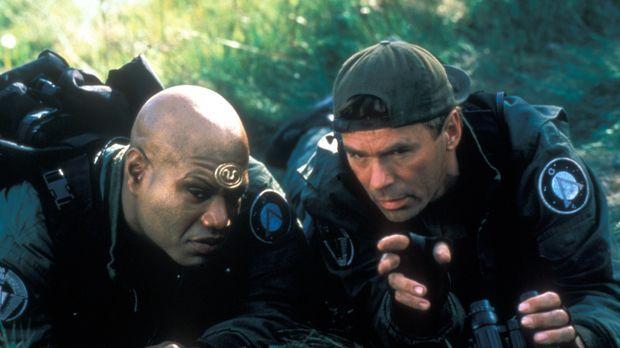 Teal'c (Christopher Judge, l.) und O'Neill (Richard Dean Anderson, r.) geben...