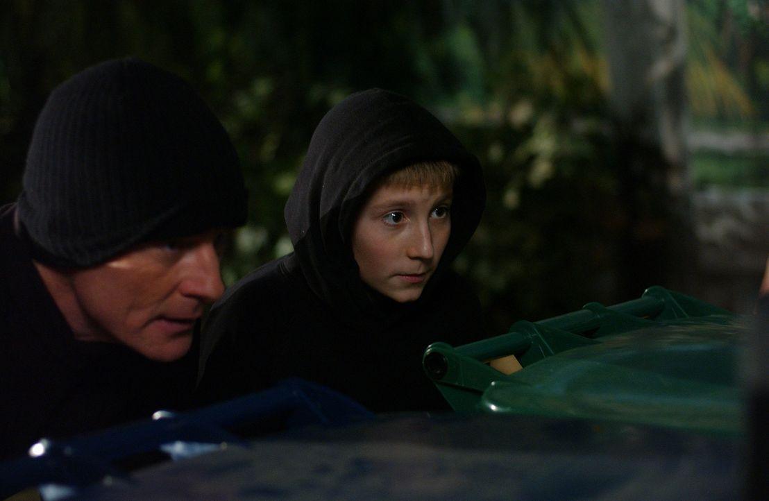 Nachdem Hal (Bryan Cranston, l.) wieder einmal von seinem Nachbarn übertroffen wurde, plant er mit Dewey (Erik Per Sullivan, r.) die Zerstörung des... - Bildquelle: TM &   2005 - 2006 Twentieth Century Fox Film Corporation and Regency Entertainment (USA), Inc.