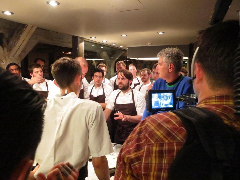 Anthony Bourdain (2.v.r.) reist nach Kopenhagen und trifft sich dort mit Koch Rene Redzepi (M.). Dieser betreibt das NOMA - offiziell das beste Rest... - Bildquelle: 2013 Cable News Network, Inc. A TimeWarner Company. All rights reserved.