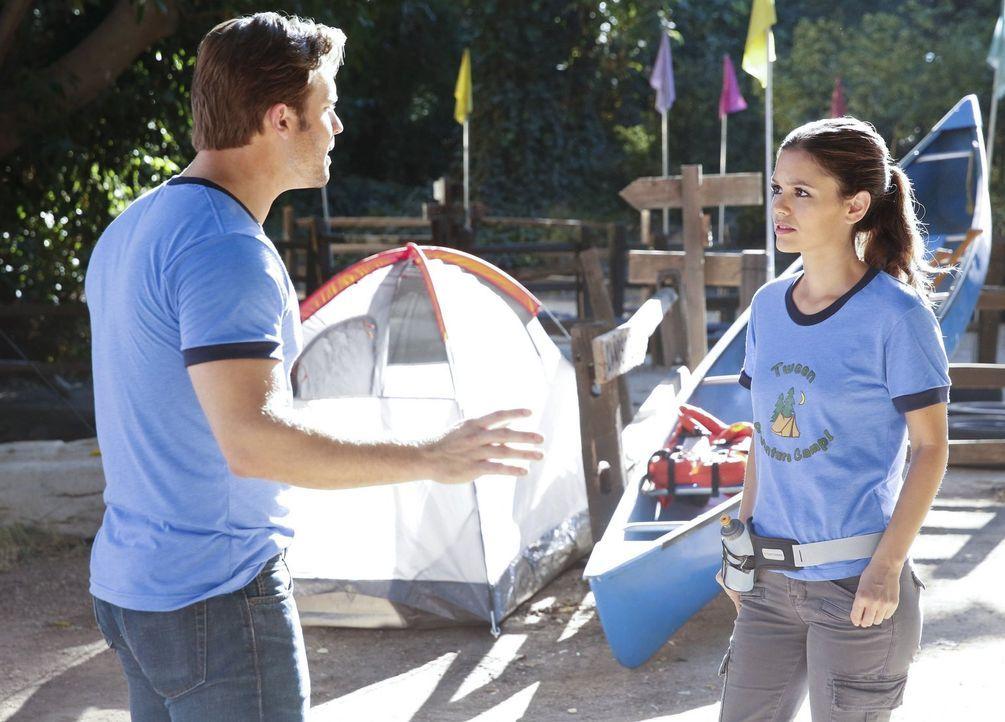 Eigentlich wollte Zoe (Rachel Bilson, r.) zusammen mit Joel ins Abenteuer Camp, doch nun soll ausgerechnet George (Scott Porter, l.) sie begleiten ... - Bildquelle: Warner Brothers
