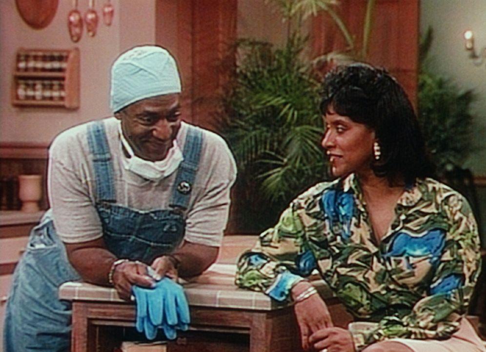 Cliff (Bill Cosby, l.) versucht, von Clair (Phylicia Rashad, r.) zu erfahren, ob sie mit dem Gedanken spielt, Pams College-Ausbildung zu finanzieren. - Bildquelle: Viacom