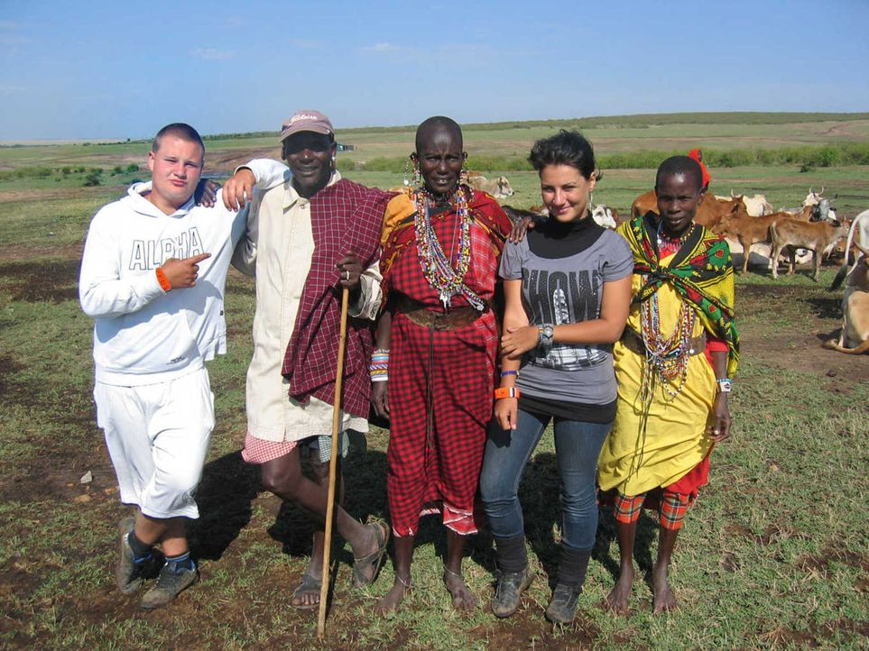 Die Eltern von Markus (l.) und Aylin (2.v.r.) sehen nur noch eine Möglichkeit: Sie schicken ihre Kinder zu den Strengsten Eltern der Welt nach Kenia... - Bildquelle: kabel eins