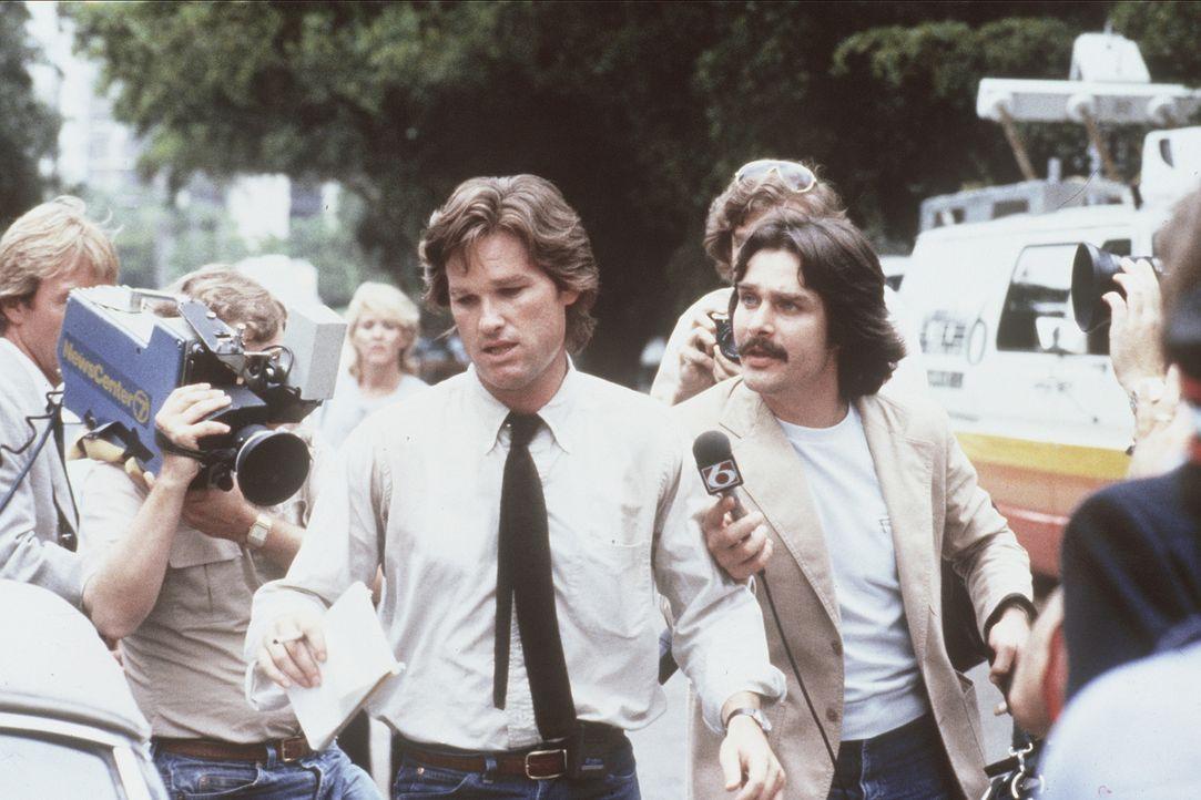 Malcolm (Kurt Russell, M.) wird von Reportern belagert ... - Bildquelle: Orion Pictures Corporation