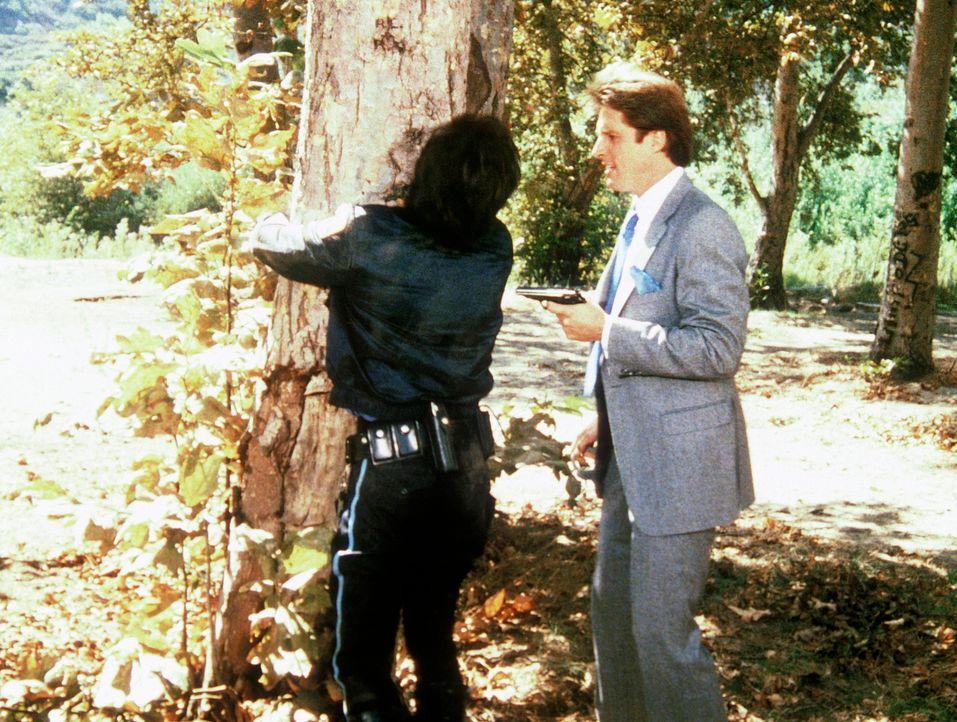 Lee (Bruce Boxleitner, r.) gelingt es, einen russischen Agenten (l.) zu überrumpeln, bevor er Amanda ermorden kann. Doch ist dadurch wirklich die Ge... - Bildquelle: CBS Television