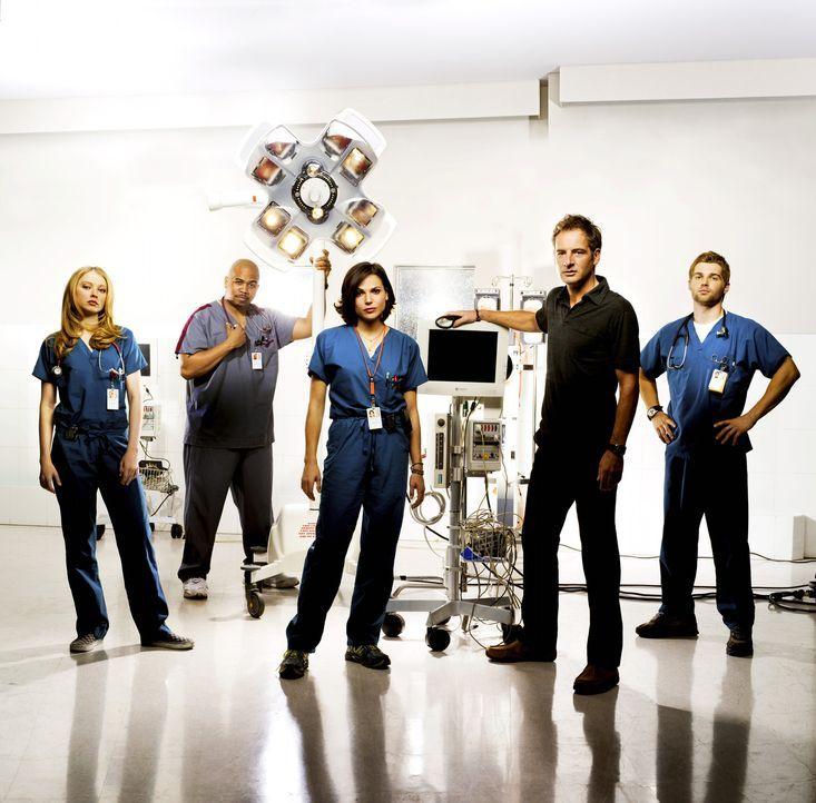 Das Miami Medical Hospital ist ein Trauma-Zentrum. Hier kämpfen die Ärzte (v.l.n.r.) Dr. Serena Warren (Elisabeth Harnois), Chef-Pfleger Tuck Brod... - Bildquelle: Warner Brothers