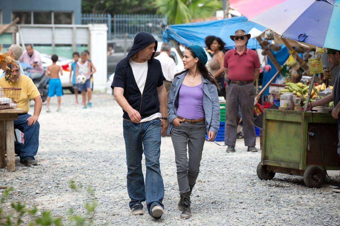Esme (Martina Garcia, r.) hilft Brody (Damian Lewis, l.) zu flüchten. Kann das gutgehen? - Bildquelle: 2013 Twentieth Century Fox Film Corporation. All rights reserved.