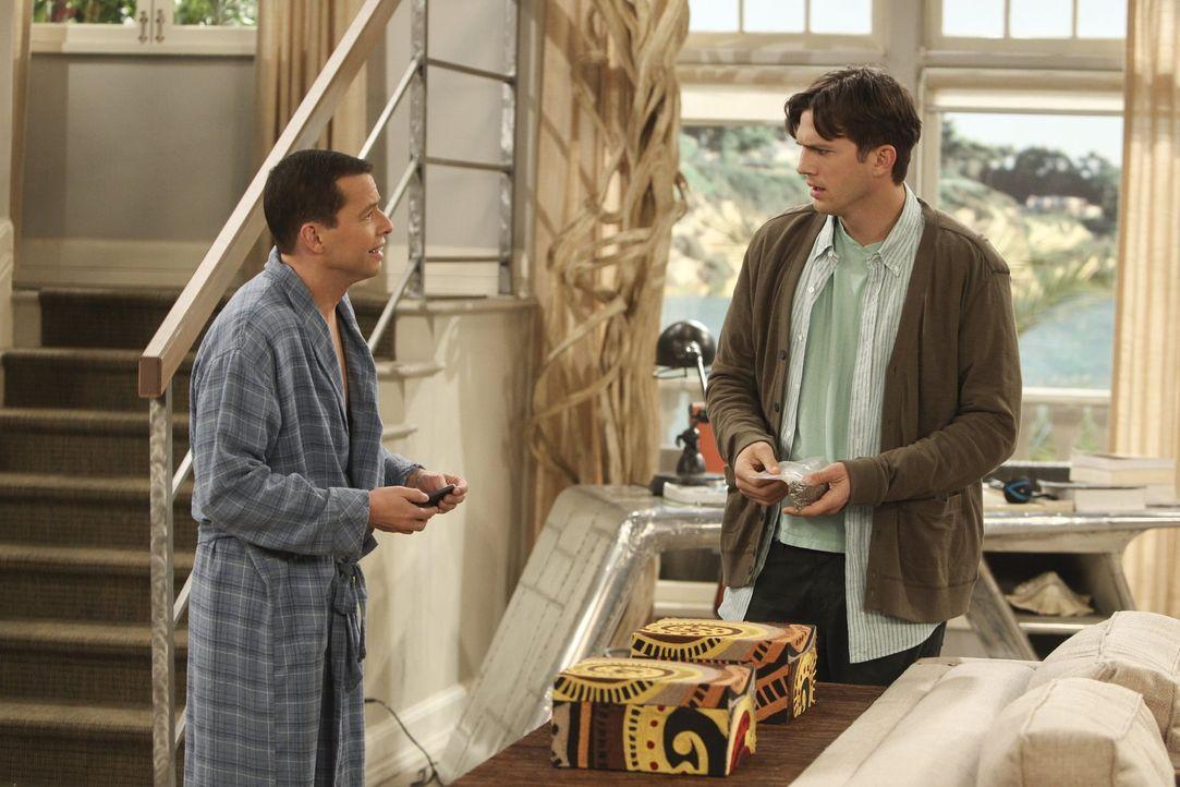 Während Alan (Jon Cryer, l.) Jenny Ratschläge gibt, trifft Walden (Ashton Kutcher, r.) auf eine attraktive Frau, die einmal für seine Firma Electric... - Bildquelle: Warner Brothers Entertainment Inc.