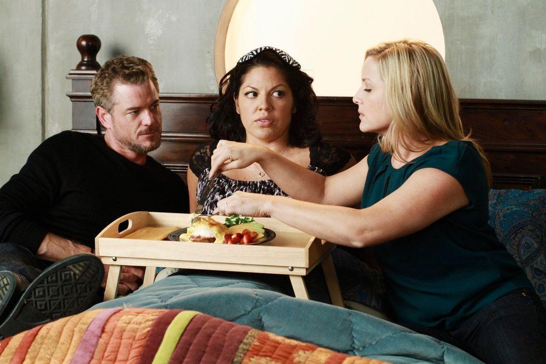Callies (Sara Ramirez, M.) Wunsch, dass Arizona (Jessica Capshaw, r.) und Mark (Eric Dane, l.) eine Freundschaft zueinander aufbauen, geht in Erfüll... - Bildquelle: ABC Studios