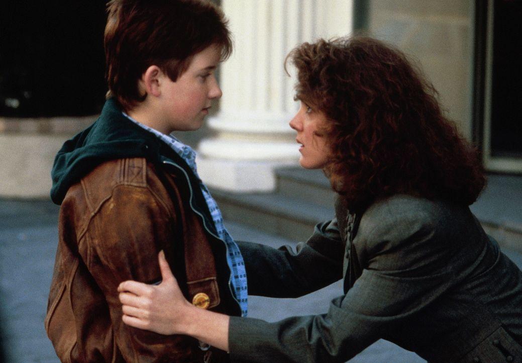 Susan (Elizabeth Perkins, r.) kann einfach nicht glauben, was ihr der kleine Billy (Jared Rushton, l.) gerade erzählt ... - Bildquelle: 20th Century Fox Film Corporation