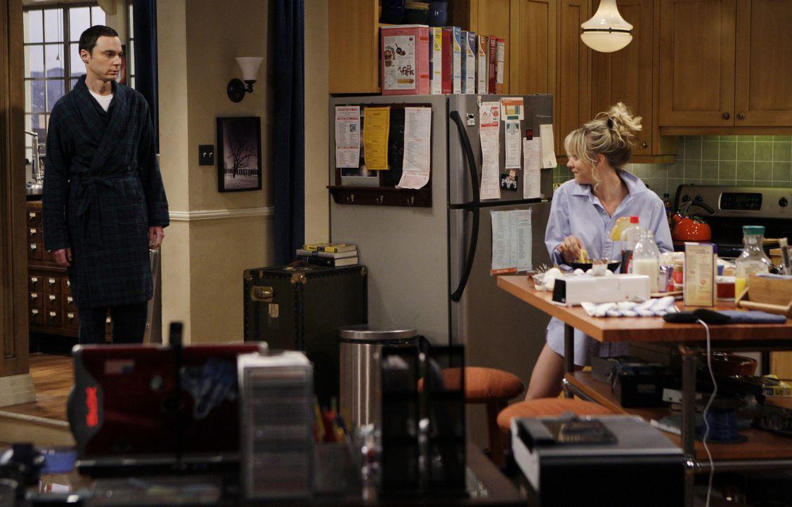 Penny (Kaley Cuoco, r.) schläft bei Leonard, da ihr Bett wegen ihrer Aktivitäten kaputtgegangen ist. Da Penny jedoch keine Ahnung von Sheldons (Ji... - Bildquelle: Warner Bros. Television