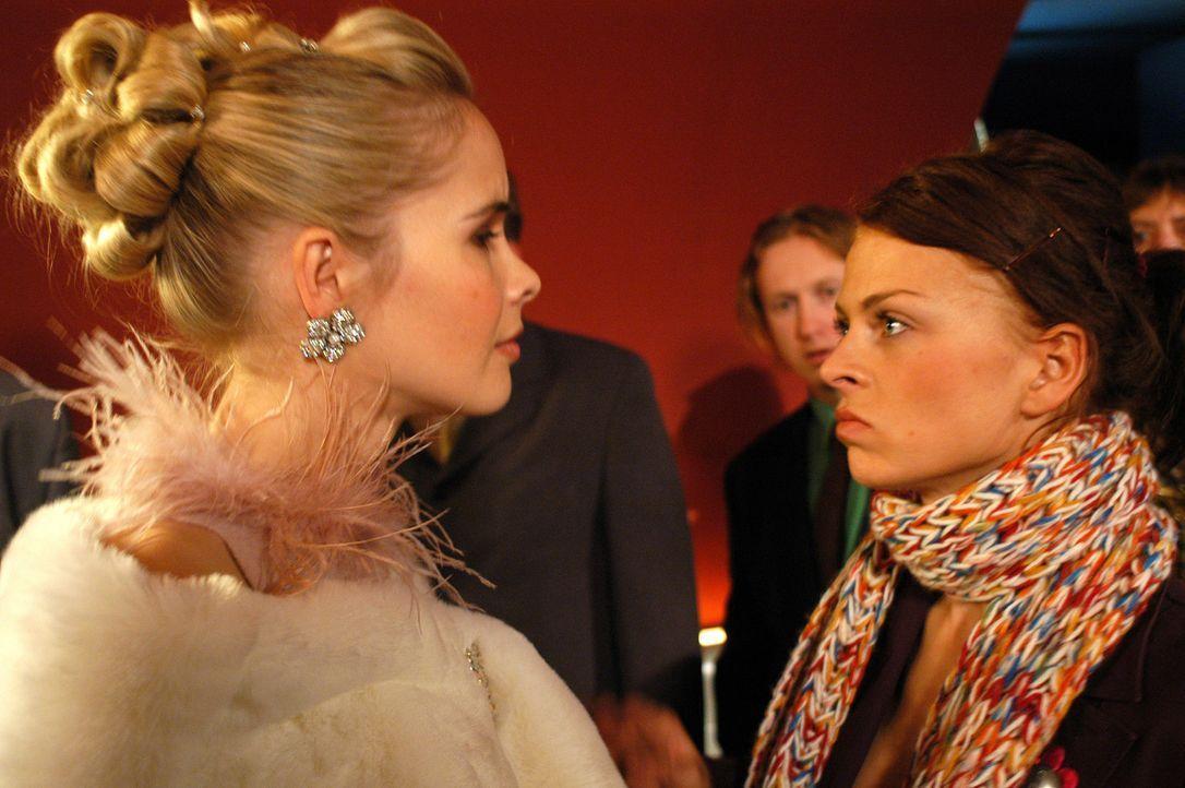 Als sich Katrin (Isabell Gerschke, r.) und der Schiffsarzt endlich näherkommen, taucht plötzlich Markus' attraktive Verlobte Diana (Sylvia Leifheit,... - Bildquelle: Gordon Mühle ProSieben