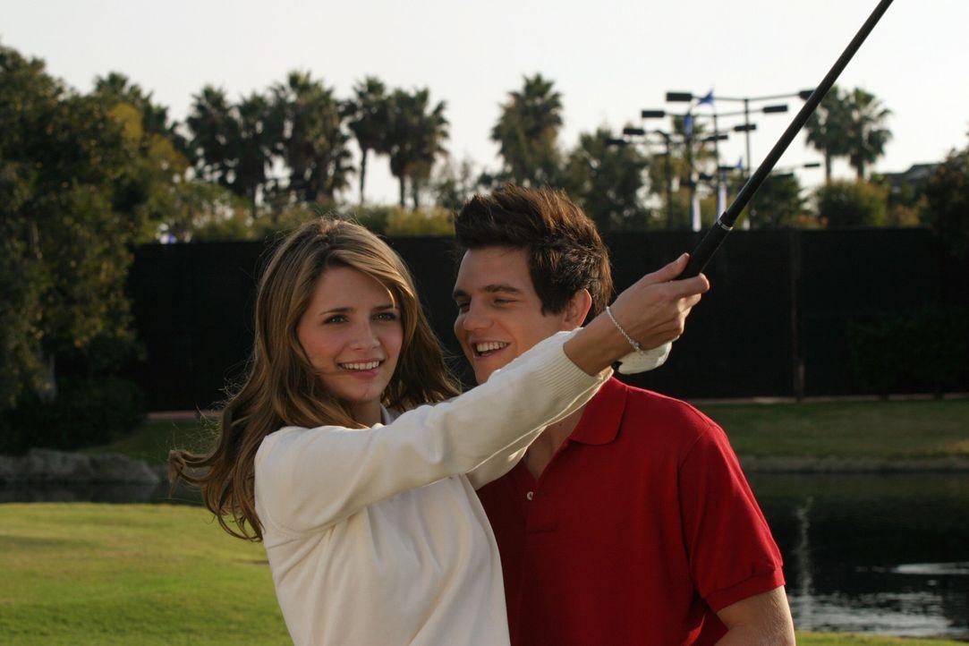 Vergnügen sich prächtig: Marissa (Mischa Barton, l.) und Oliver (Taylor Handley, r.) ... - Bildquelle: Warner Bros. Television
