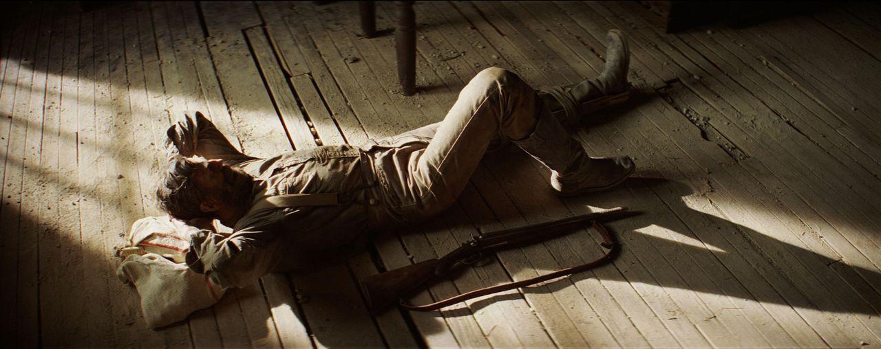 Nachdem Daniel Plainview (Daniel Day-Lewis) in einer einsamen Mine gestürzt ist und sich ein Bein gebrochen hat, schleppt er sich mit aller Mühe i... - Bildquelle: Buena Vista International