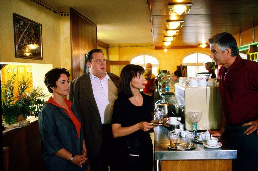 Benno Berghammer (Ottfried Fischer, 2.v.l.) und Sabrina Lorenz (Katerina Jacob, l.) statten dem Eiscafé der Familie Traghetto einen Besuch ab. Witwe... - Bildquelle: Magdalena Mate Sat.1