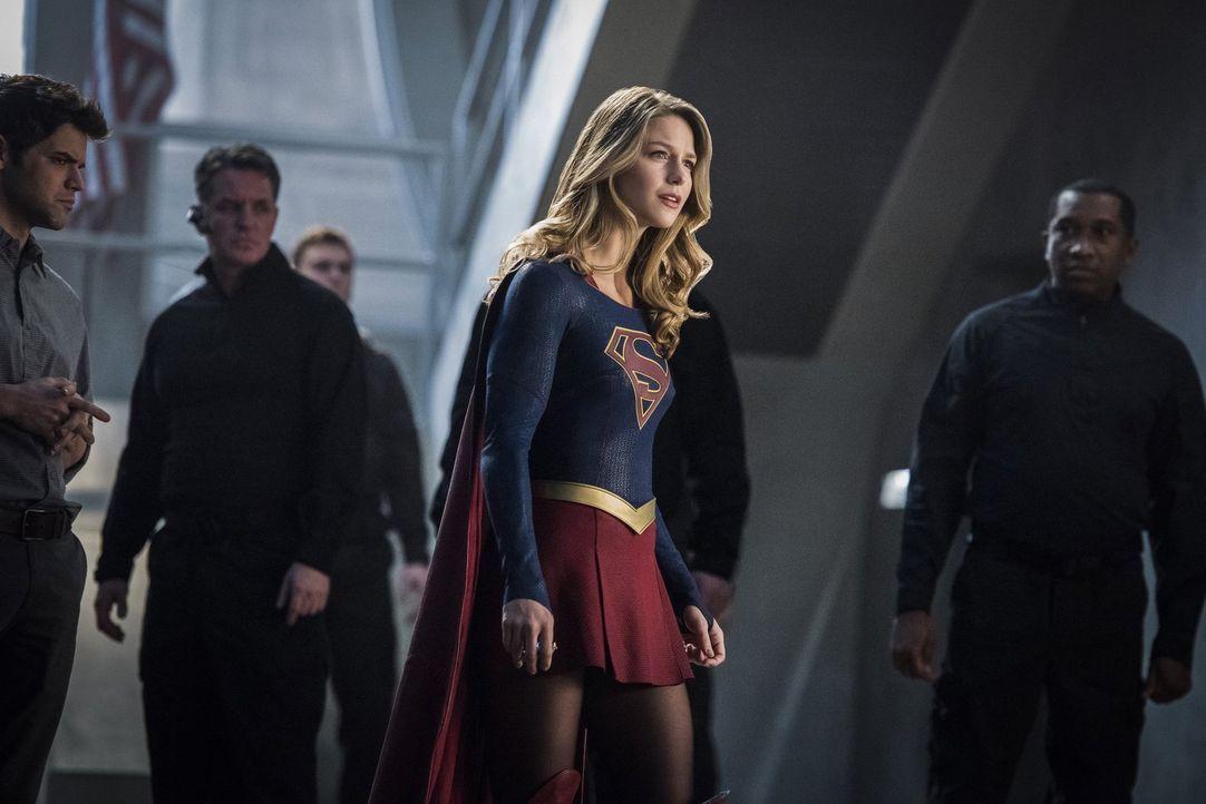 Hero oder Prinz? Supergirl (Melissa Benoist, M.) weiß nicht mehr, wer Mon-El wirklich ist und wie lange sie seine Lügen noch ertragen kann ... - Bildquelle: 2016 Warner Brothers