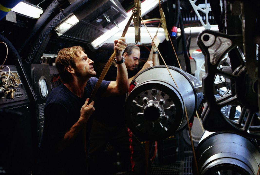"Professor Keyes (Aaron Eckhart, l.) erhält die Aufgabe, ein Team von ""Terranauten"" auszubilden, das dem unheilvollen Stillstand des Magmas im Erdin... - Bildquelle: TM & Copyright   2003 by Paramount Pictures. All Rights Reserved."