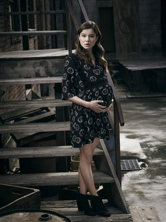 (1. Staffel) - Die schwangere Teresa Keaton (Hanna Mangan Lawrence) wollte vor ihrer traditionellen Mutter aus der Stadt fliehen, doch die plötzlich... - Bildquelle: 2015 Warner Brothers