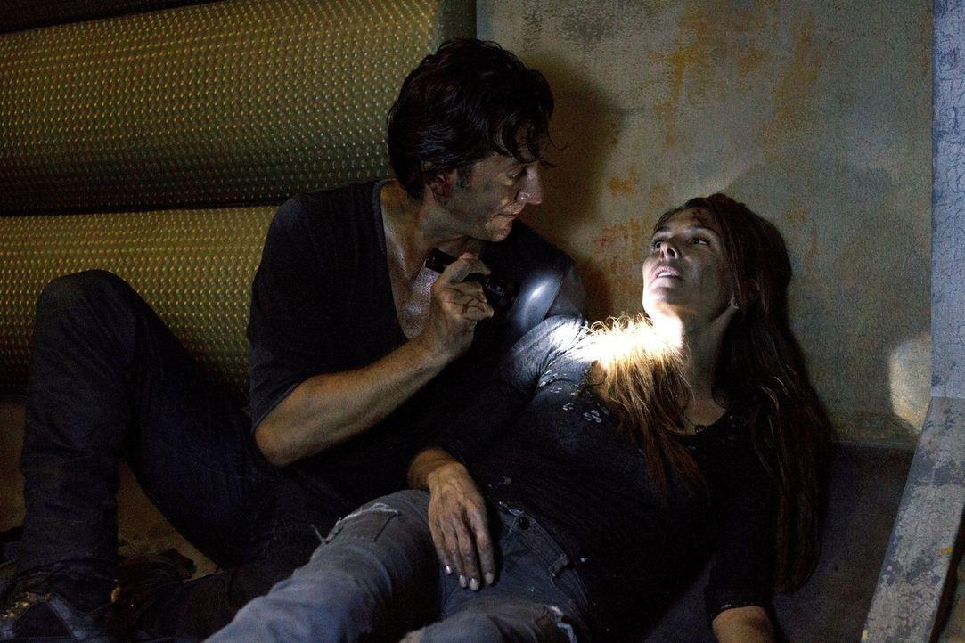 Als Kane (Henry Ian Cusick, l.) Abigail (Paige Turco, r.) findet, ist er überglücklich, aber kann er ihr wirklich noch helfen? - Bildquelle: Warner Brothers