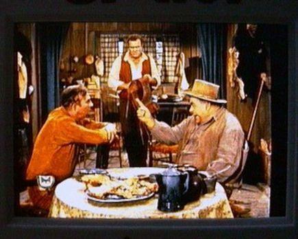 Bonanza - Hoss (Dan Blocker, M.) ist von Jim Leyton (Slim Pickens, l.) als Tr...