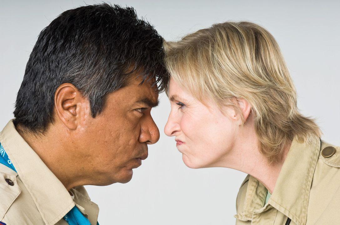 Können sich zunächst überhaupt nicht ausstehen: Campleiterin Miss Hulka (Jane Lynch, r.) und Anwalt Eddie Serrano (George Lopez, l.) ... - Bildquelle: 2010 Warner Brothers
