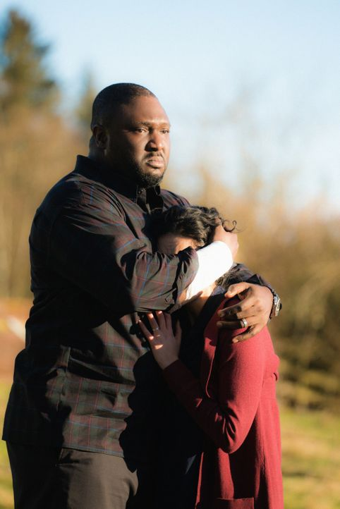 Abraham (Nonso Anozie, l.) und Dariela ( Alyssa Diaz , r.) müssen sich damit abfinden, dass das Nationalgarderegiment ihren Sohn ohne ihr Einverstän... - Bildquelle: Shane Harvey 2017 CBS Broadcasting, Inc. All Rights Reserved