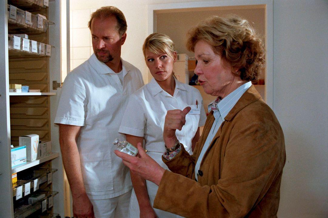 Helga (Witta Pohl, r.) wehrt sich dagegen, dass sie als erfahrene Krankenschwester ein Medikament verwechselt haben könnte. Gemeinsam mit Sophie (Sophie Schütt, M.) und Jo (Jochen Horst, l.) versucht sie herauszufinden, wer mit ihr ein böses Spiel treibt.