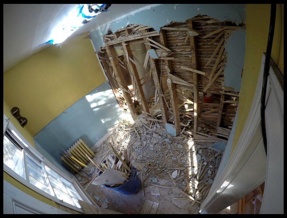 Beliebt unter Hauskäufern ist eine offene Wohnküche - doch lässt sich das auch bei dieser Immobilie umsetzen? Die alten Baumaterialen bereiten dem A... - Bildquelle: 2016,DIY Network/Scripps Networks, LLC. All Rights Reserved