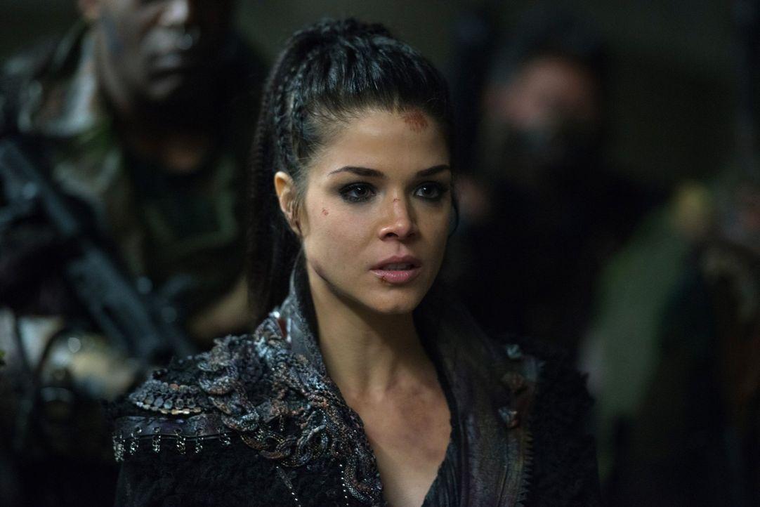 Octavia (Marie Avgeropoulos) macht ihren Standpunkt als Herrscherin über alle Clans deutlich und hat schließlich, mit den Folgen ihrer eigenen Bedin... - Bildquelle: 2016 Warner Brothers