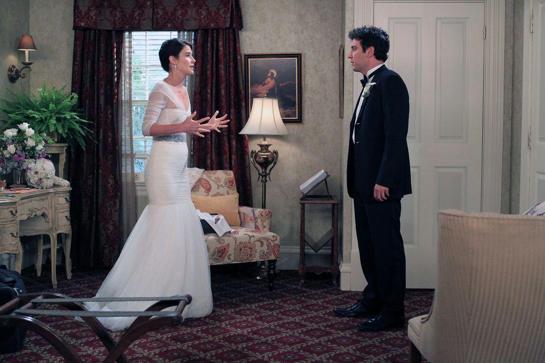 An ihrem Hochzeitstag ist Robin (Cobie Smulders, l.) nervös und wendet sich an Ted (Josh Radnor, r.), der sie beruhigen soll. Doch wird ihm das geli... - Bildquelle: 20th Century Fox International Television