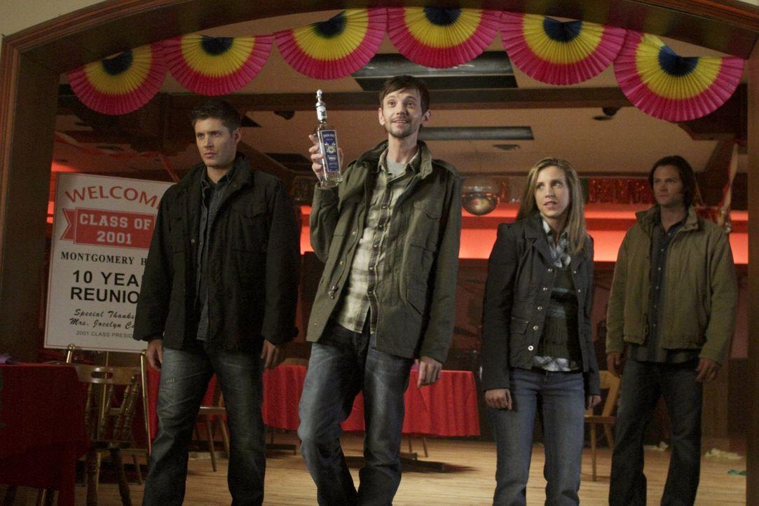 Nachdem Sam (Jared Padalecki, r.) Becky (Emily Perkins, 2.v.r.)  geheiratet hat, verbündet sich Dean (Jensen Ackles, l.) widerwillig Garth (DJ Qual... - Bildquelle: Warner Bros. Television