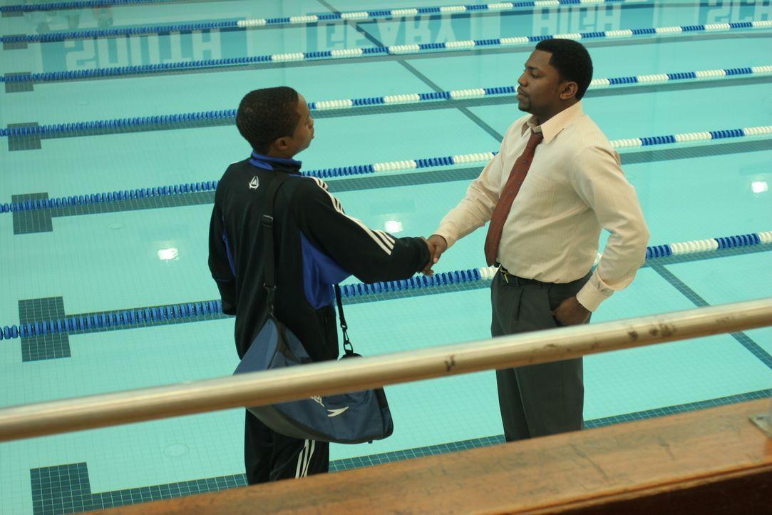 Als Pratts (Mekhi Phifer, r.) Schicht zu Ende ist, besucht er die Schwimmhalle, in der sein jüngerer Halbbruder Chas (Sam Jones III, l.) trainiert.... - Bildquelle: Warner Bros. Television