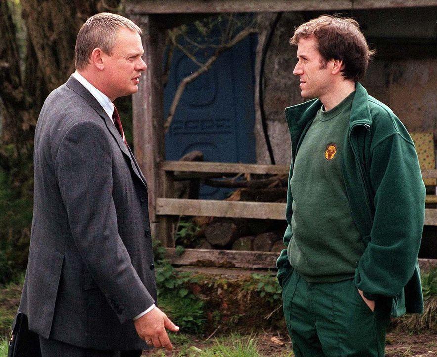 Doc Martin (Martin Clunes, l.) muss dem örtlichen Ranger Stewart James (Ben Miller, r.) einen Besuch im Moor abstatten. Der ist fest davon überzeugt... - Bildquelle: BUFFALO PICTURES/ITV