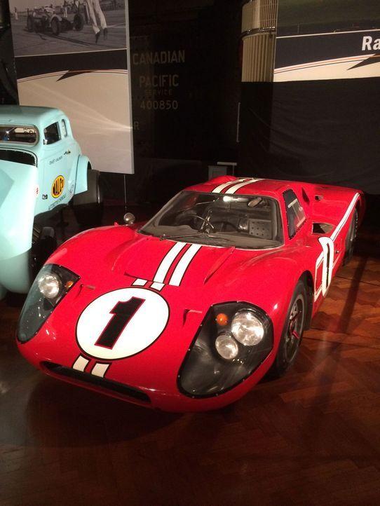 Don Wildman präsentiert ein Muscle-Car, das aus dem Wettbewerb zwischen einem amerikanischen Automobilhersteller und einem italienischen Autodesigne... - Bildquelle: 2014, The Travel Channel, L.L.C. All Rights Reserved.
