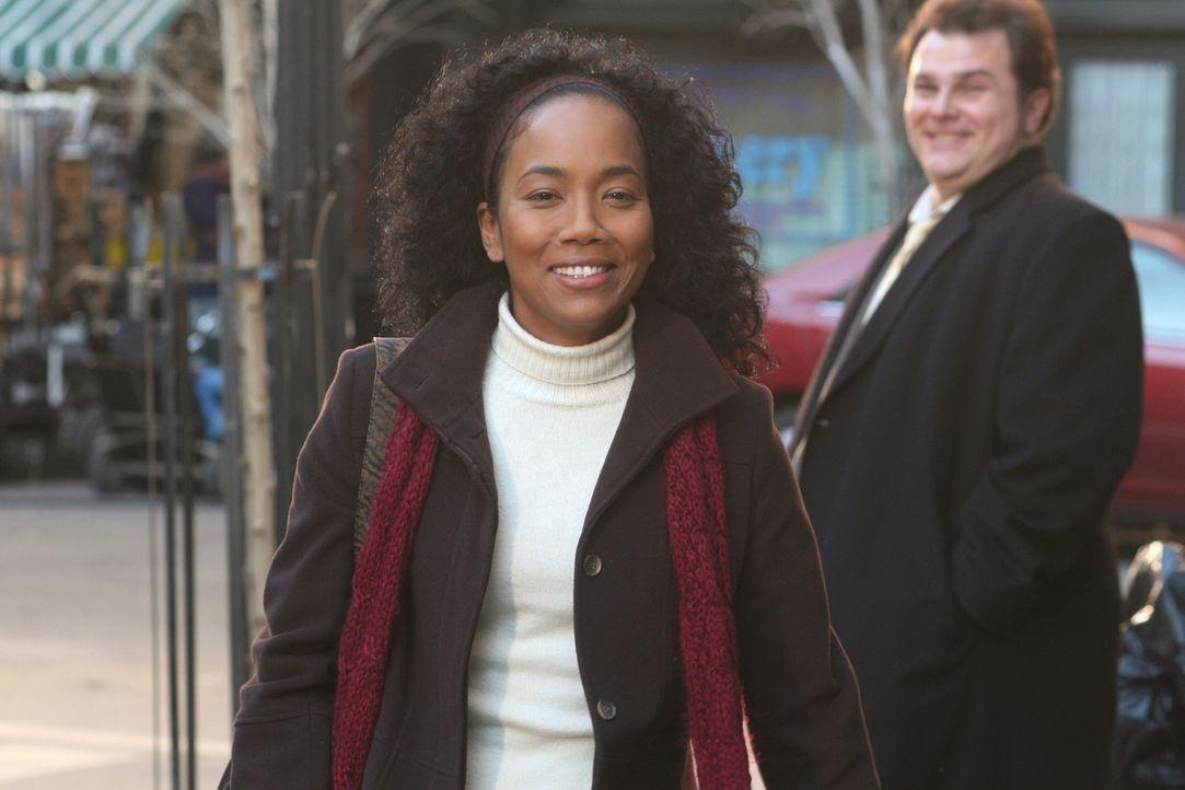 Nick (Jeremy Ratchford, r.) ist stolz auf Toni (Sonja Sohn, l.) ... - Bildquelle: Warner Bros. Television