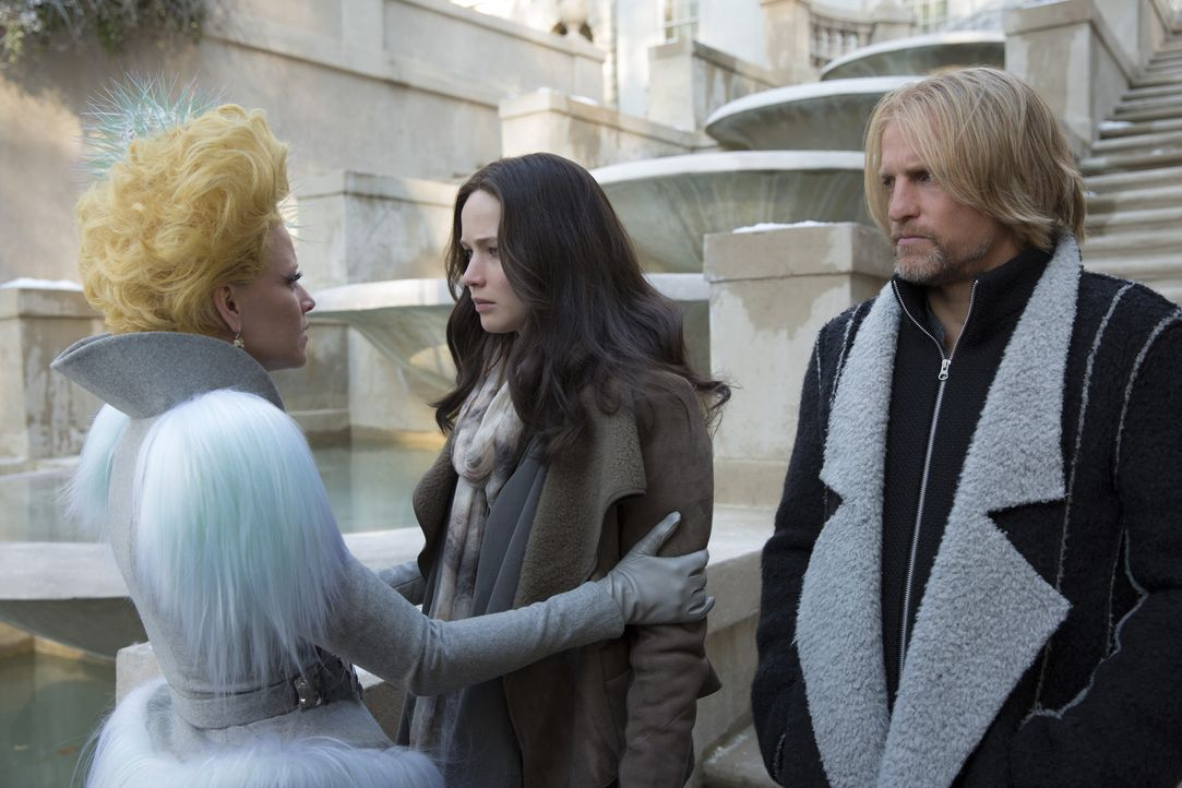 Starten in eine ungewisse Zukunft, aber voller Hoffnungen auf ein glückliches Leben: Effie (Elizabeth Banks, l.), Katniss (Jennifer Lawrence, M.) un... - Bildquelle: Murray Close TM &   2015 Lions Gate Entertainment Inc. All rights reserved.