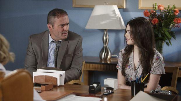 George (Mark Derwin, l.) begleitet Ashley (India Eisley, r.) zum Arzt, denn o...