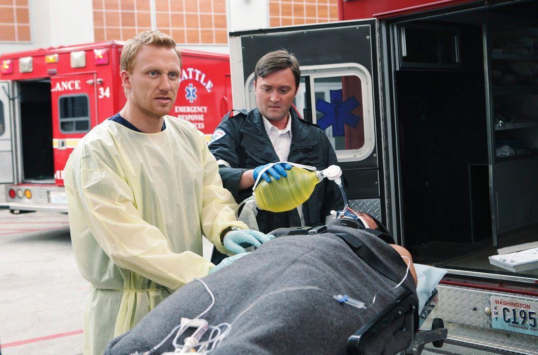 Während Mark immer nur am Lexie denken kann, versuchen Owen (Kevin McKidd, l.) und Meredith gemeinsam, einen jungen Mann zu retten, der bei einer Be... - Bildquelle: ABC Studios