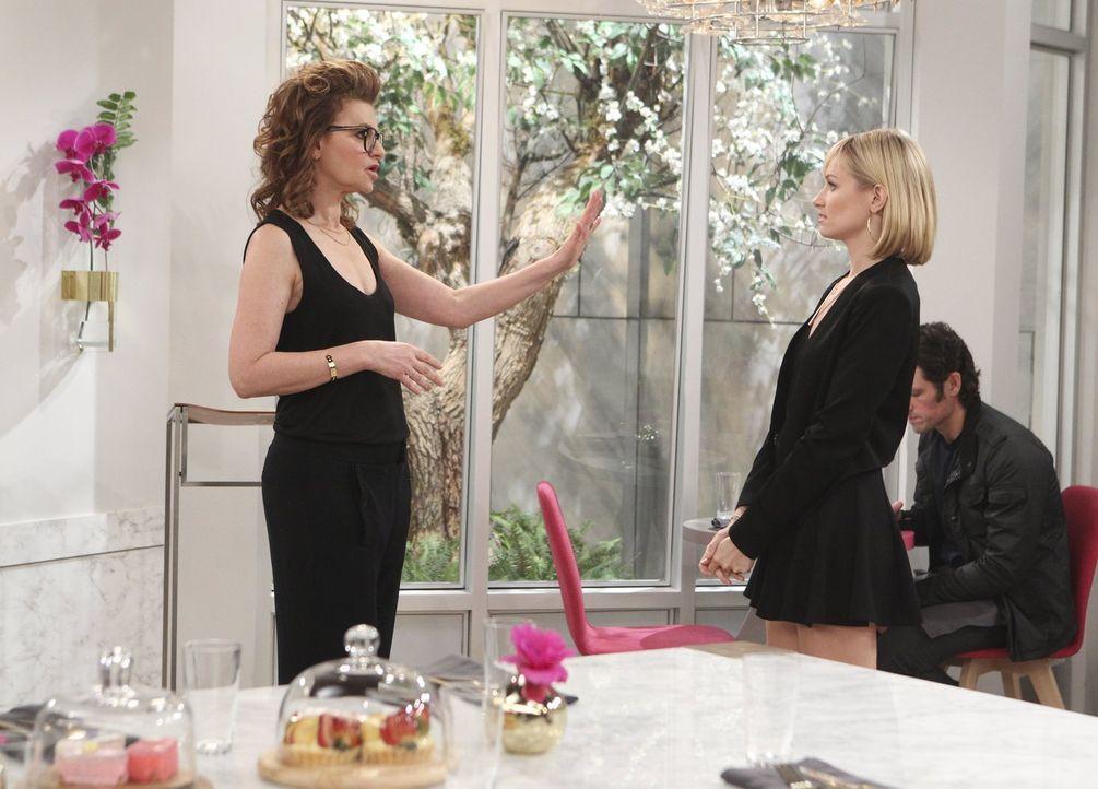 Joedth (Sandra Bernhard, l.) macht ihren Standpunkt deutlich, da kann auch Caroline (Beth Behrs, r.) nichts anderes tun, als spuren ... - Bildquelle: Warner Bros. Television