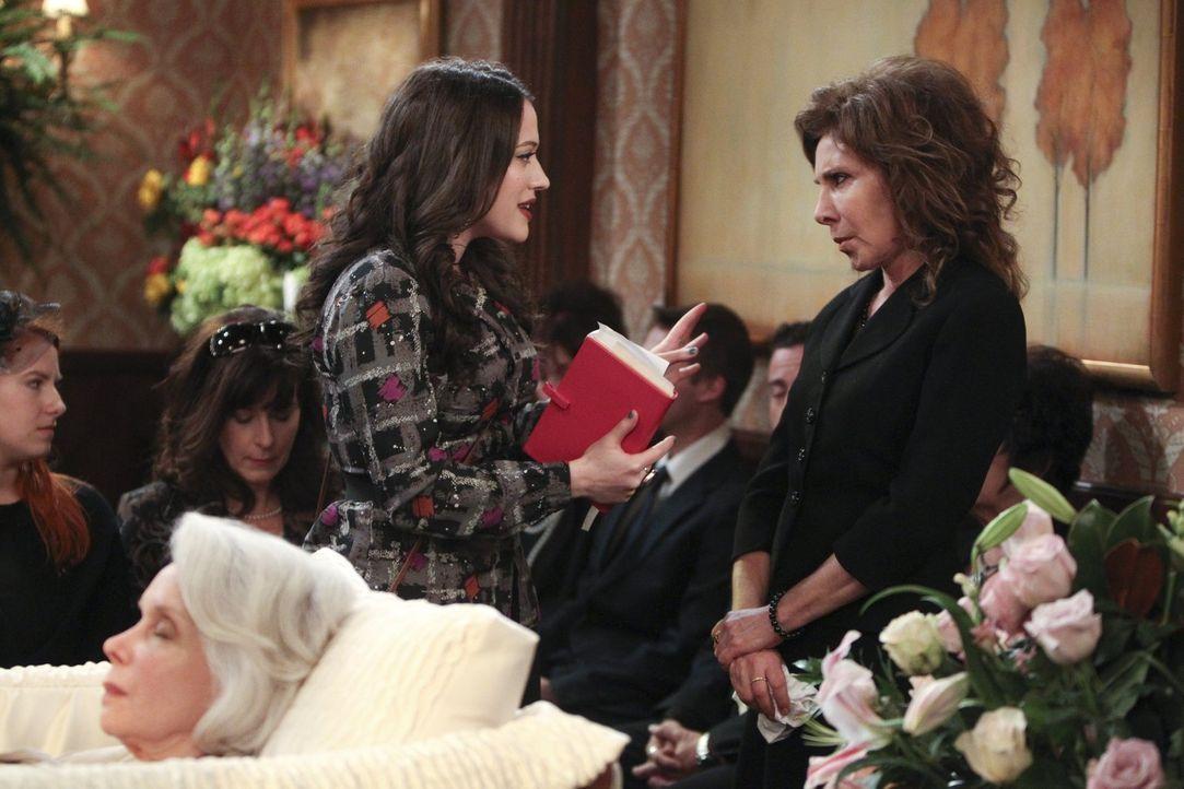 Total gekränkt darüber, dass sie von der Familie (Anne De Salvo, r.) ihrer ehemaligen Nanny nicht mehr erkannt wird, verlässt Caroline die Beerdigun... - Bildquelle: Warner Brothers Entertainment Inc.