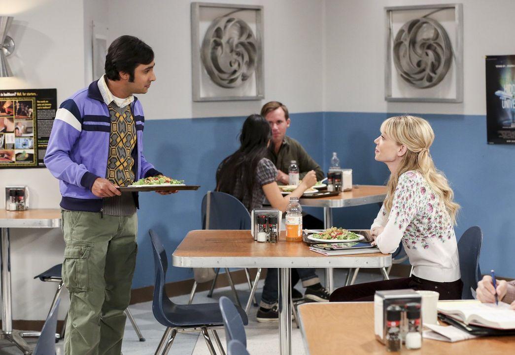 Ramona (Riki Lindhome, r.) ist Raj (Kunal Nayyar, l.) ein Dorn im Auge. Er befürchtet, dass Sheldon seine Beziehung zu Amy wegen ihr gefährden könnt... - Bildquelle: 2016 Warner Brothers
