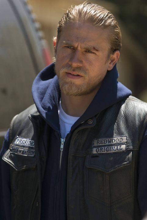 Jax (Charlie Hunnam) versucht, neue Geschäftsbeziehungen aufzubauen und muss dabei zu skurrilen Mitteln greifen ... - Bildquelle: 2012 Twentieth Century Fox Film Corporation and Bluebush Productions, LLC. All rights reserved.