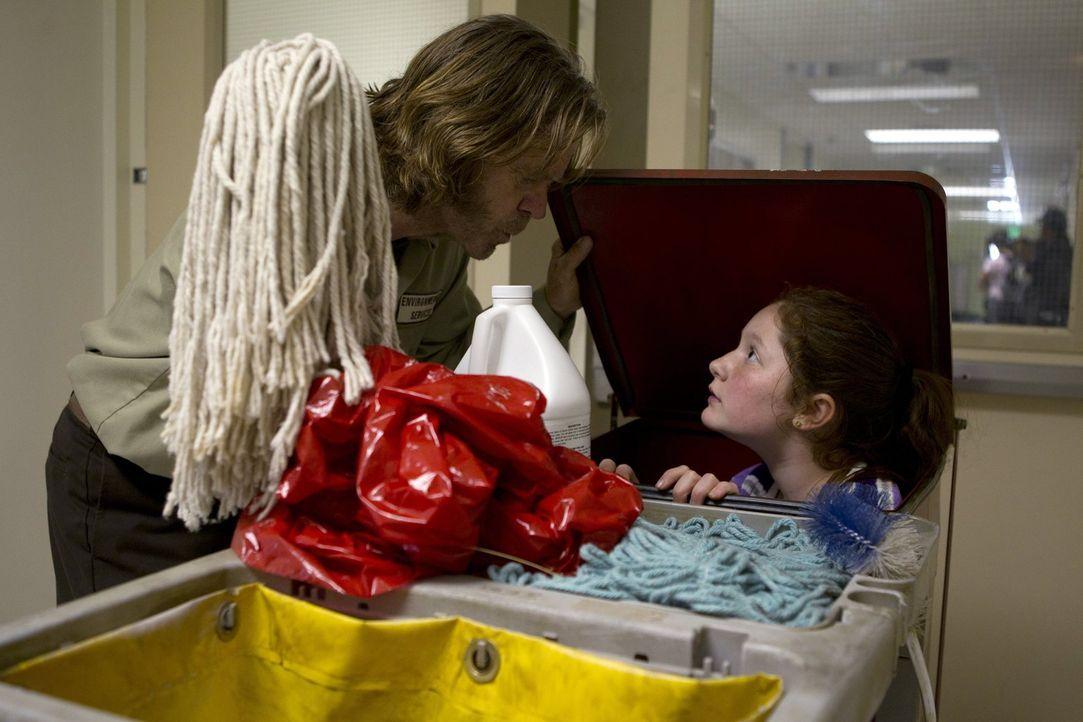Wie soll ein Plan ohne das Mastermind Debbie (Emma Kenney, r.) funktionieren? Sie hilft ihrem Vater Frank (William H. Macy, l.), Monica aus der Psyc... - Bildquelle: 2010 Warner Brothers