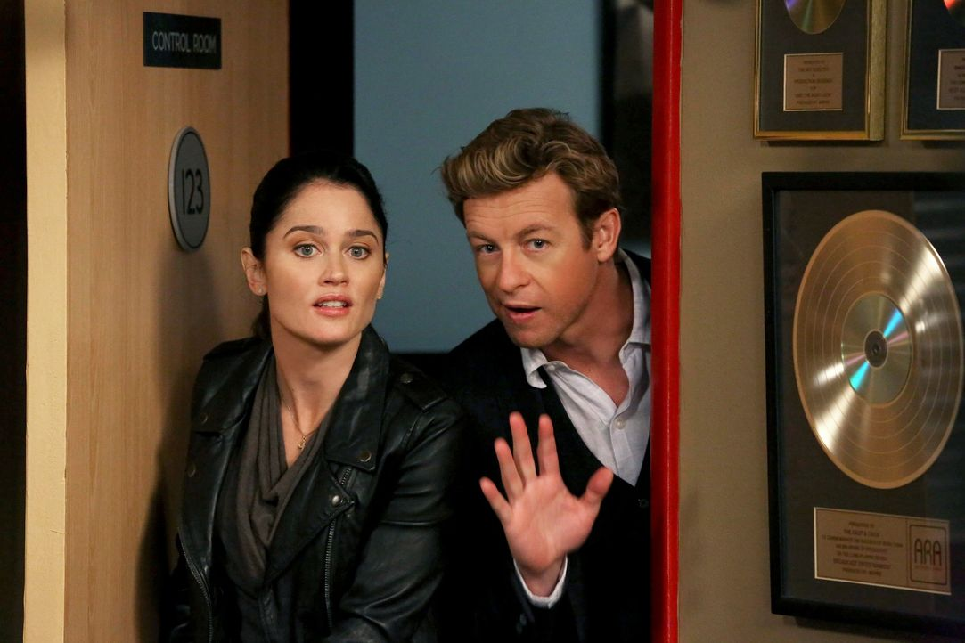 Ermitteln in einem neuen Mordfall: Teresa (Robin Tunney, l.) und Patrick (Simon Baker, r.) ... - Bildquelle: Warner Bros. Television