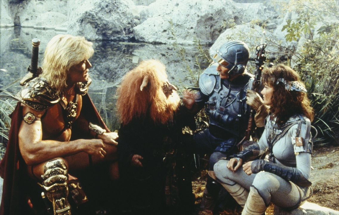 Auf ihrem Streifzug durch das verwüstete Land Estonias treffen He-Man (Dolph Lundgren, l.), Teela (Chelsea Field, r.) und Duncan (Jon Cypher, 2.v.r... - Bildquelle: CANNON FILMS INC. AND CANNON INTERNATIONAL B. V