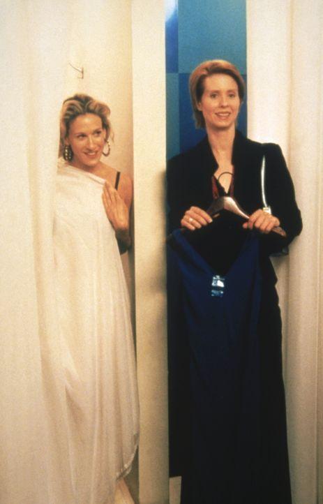Eines Tages begegnen Carrie (Sarah Jessica Parker l.) und Miranda (Cynthia Nixon, r.) Bigs Ehefrau Natasha zufällig beim Einkaufen ... - Bildquelle: Paramount Pictures