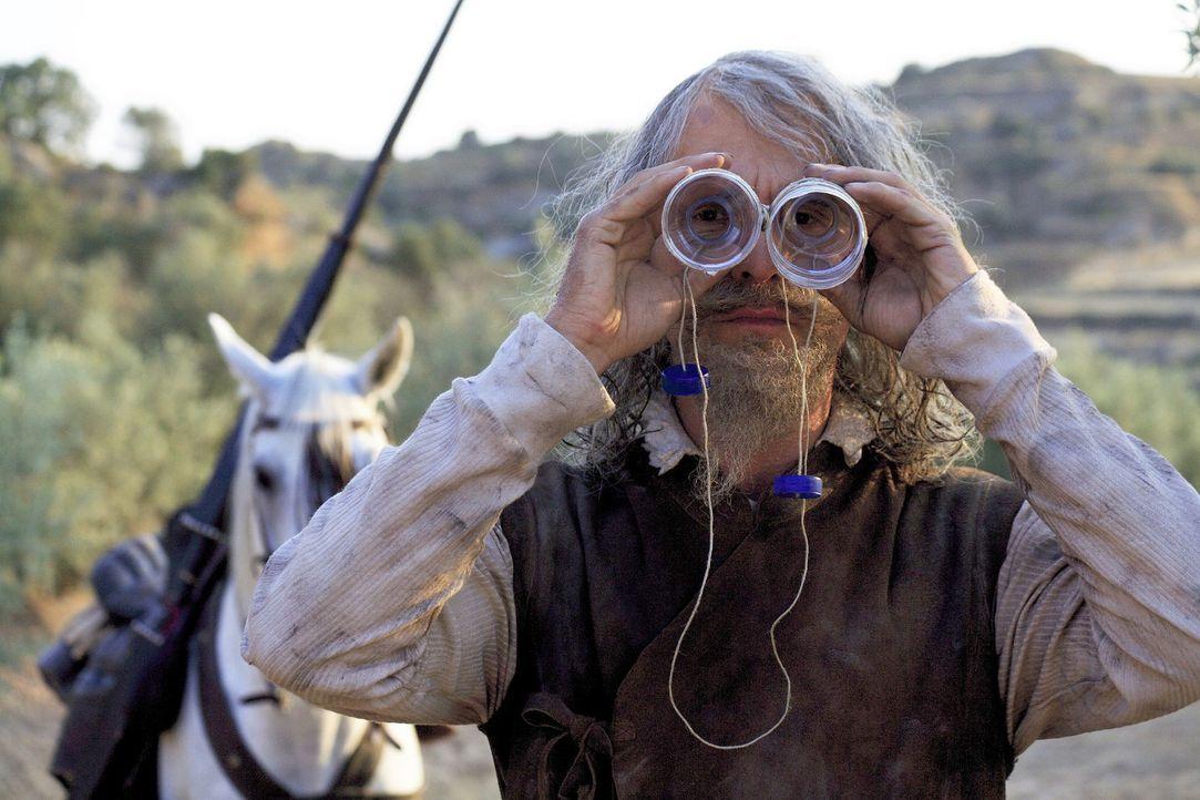 Mit seinem selbst gebauten Fernglas kann Don Quichote (Christoph Maria Herbst) sogar das Meer sehen ... - Bildquelle: Christian Hartmann Sat.1