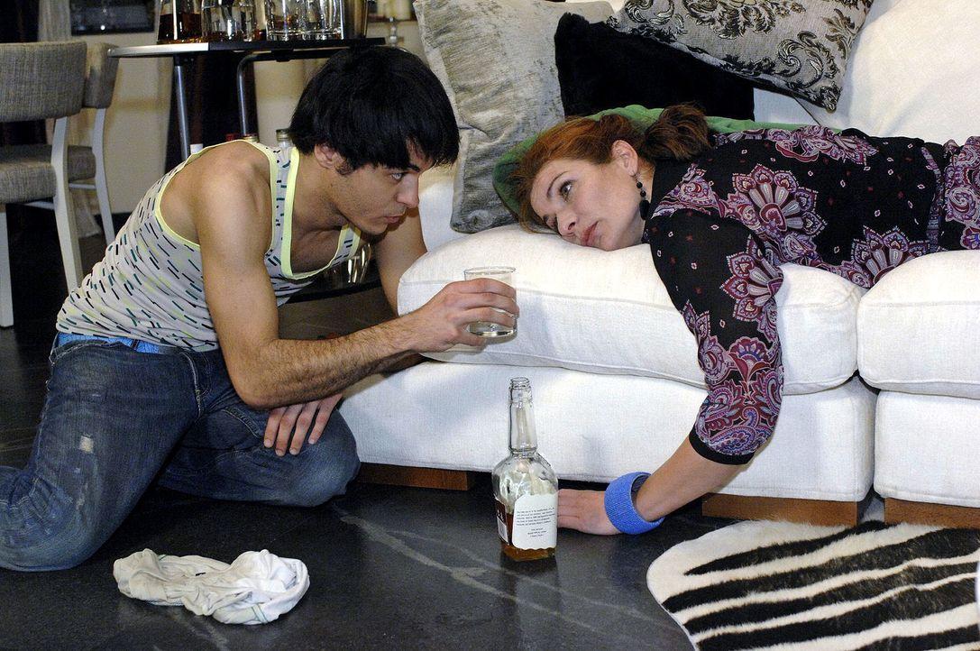 Maik (Sebastian König, l.) hat die schwer angetrunkene Natascha (Franziska Matthus, r.) nachhause gebracht. - Bildquelle: Oliver Ziebe Sat.1