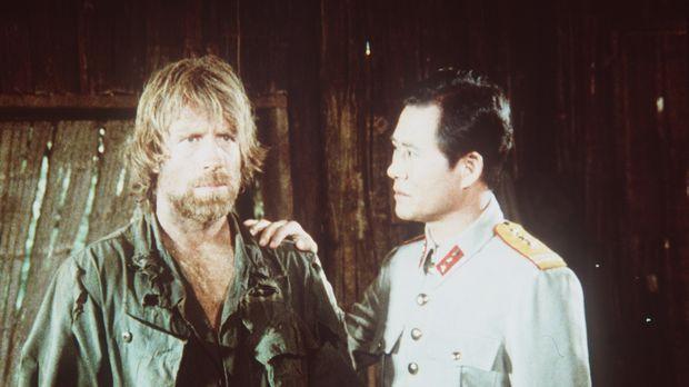 Colonel Braddock (Chuck Norris, l.) ist seit Monaten im Lager des sadistische...
